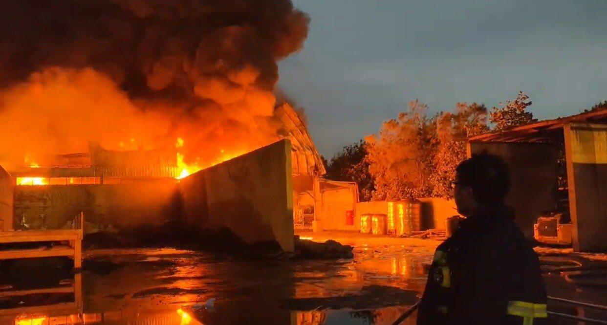 彰濱線西區21日發生廢輪胎場大火,造成嚴重空汙並帶有有害氣體,但環保團體質疑環保...