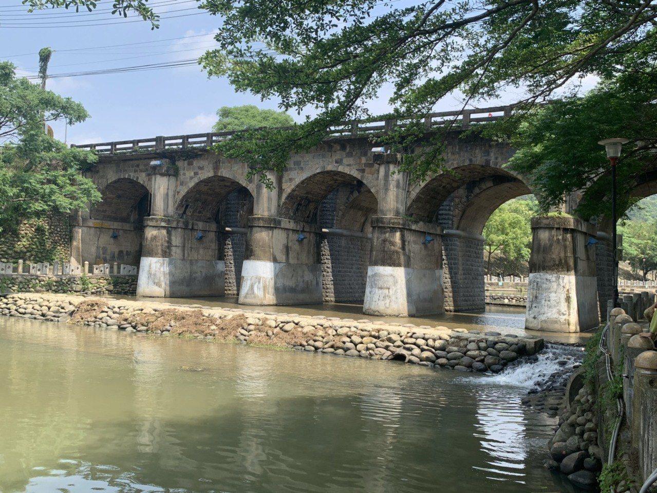 超過80年歷史的新竹縣縣定古蹟關西東安古橋,因路橋共構的鋼筋水泥護欄損壞,鋼筋裸...