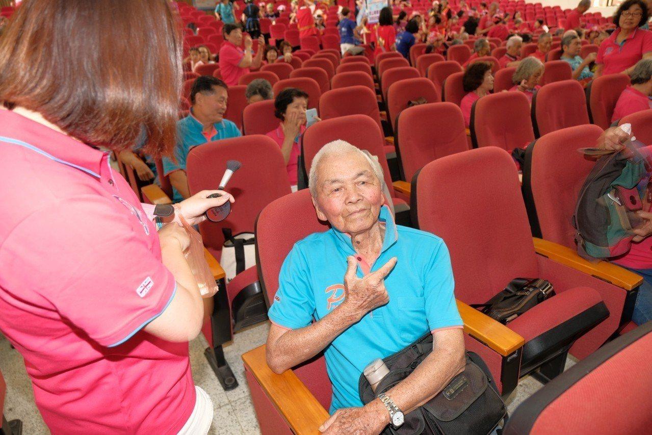 藝人Hebe田馥甄98歲的外公宋增土在看到有人拍照時還特別比出帥氣的姿勢,相當俏...