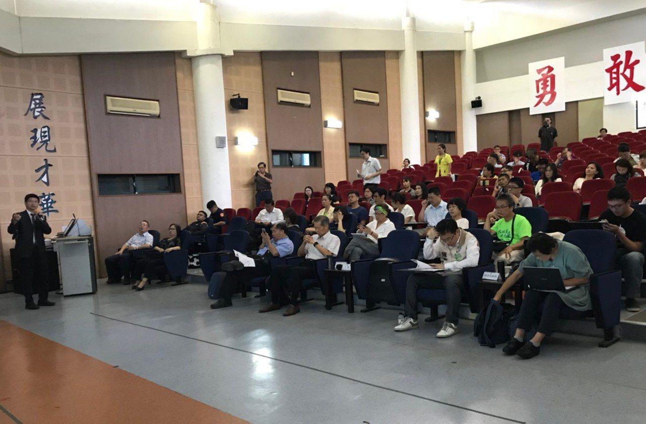 環保署環檢所在鳳林國中舉行風險溝通會議,公布調查高雄大林蒲地區健康風險評估結果。...