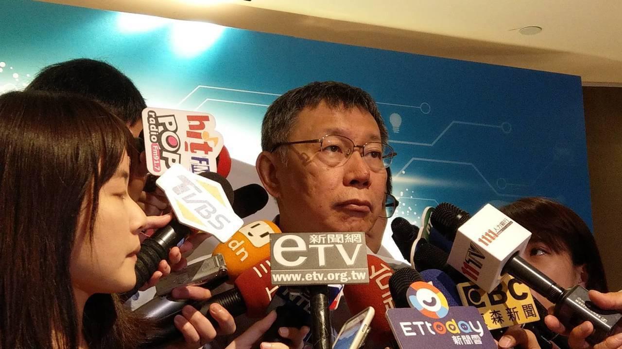 台北市長柯文哲上午出席幸福企業頒獎活動, 談到吳祥輝時,他感慨說「現在小英自己吃...