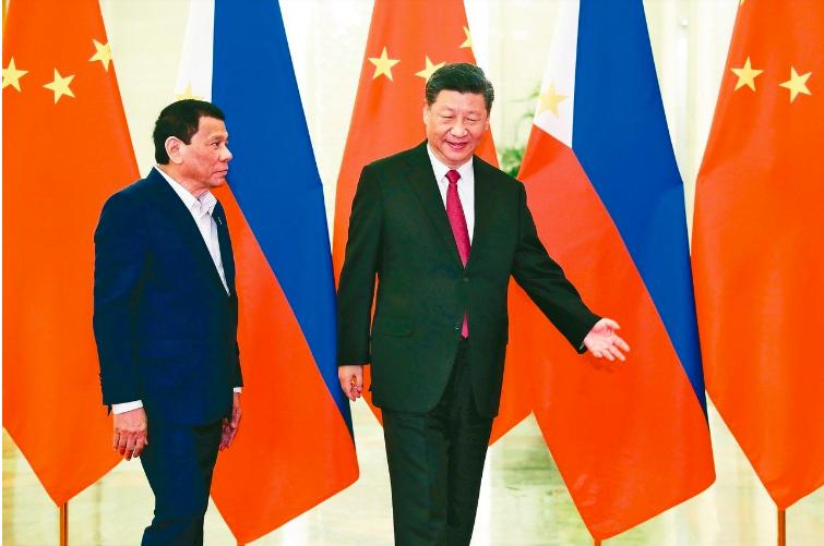 大陸國家主席習近平(右)昨在北京會見菲律賓總統杜特蒂,兩人似已盡釋前嫌。杜特蒂四...