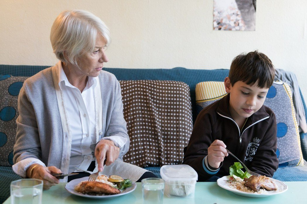 奧斯卡影后海倫米蘭(左)在「柏林我愛你」中飾演綺拉奈特莉的媽媽。圖/采昌提供