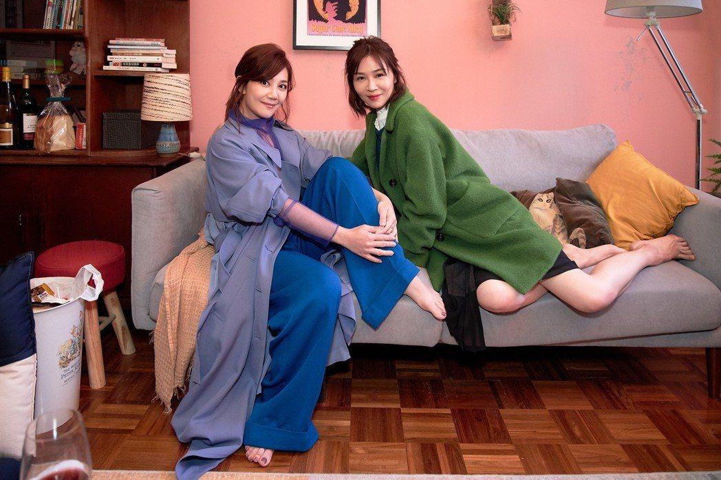謝盈萱(右)跨刀幫梁靜茹新歌演出MV。圖/環球唱片提供