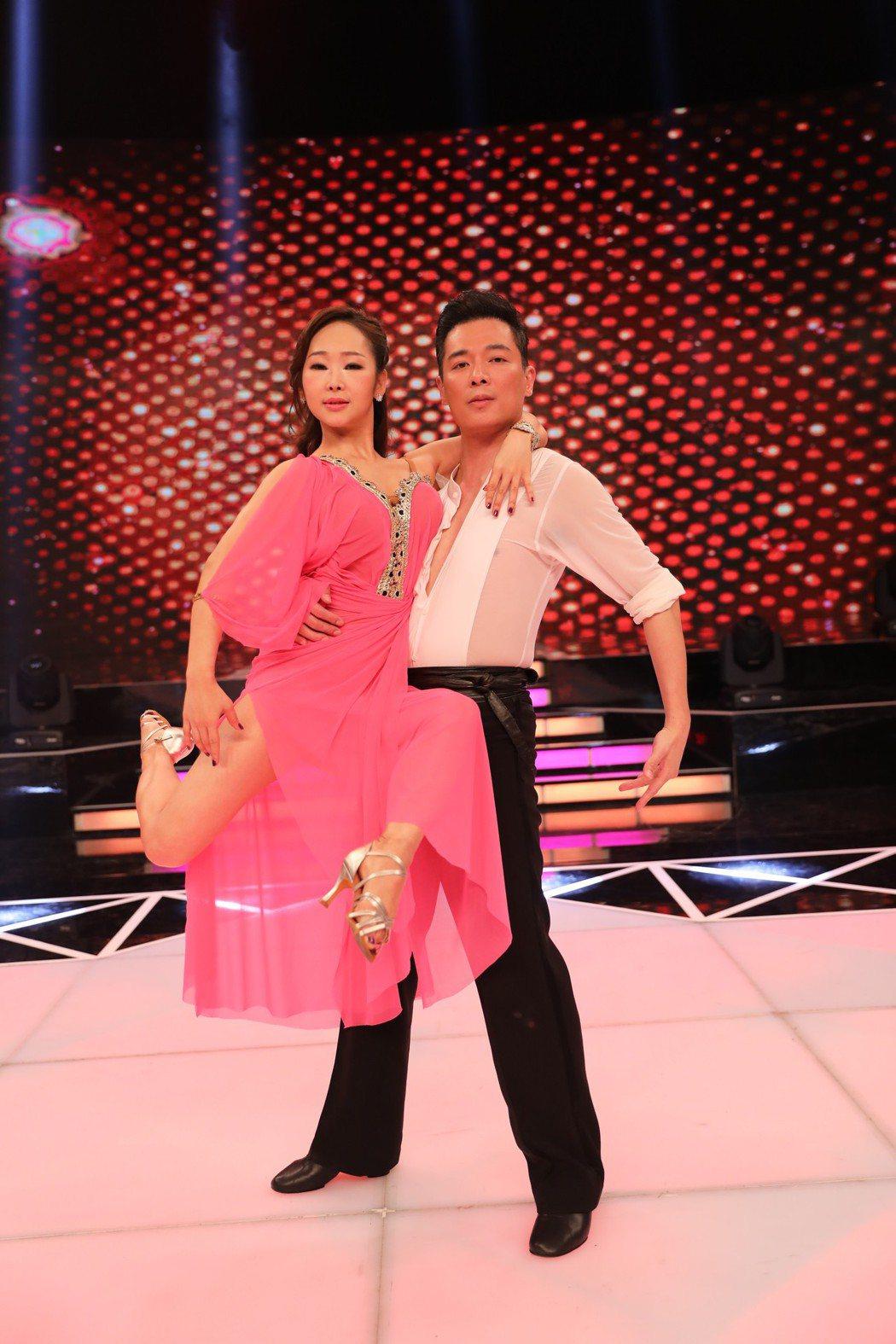 成潤(右)努力練舞,但過程太辛苦,在攝影棚大罵「老師根本就十大酷刑」。圖/民視提