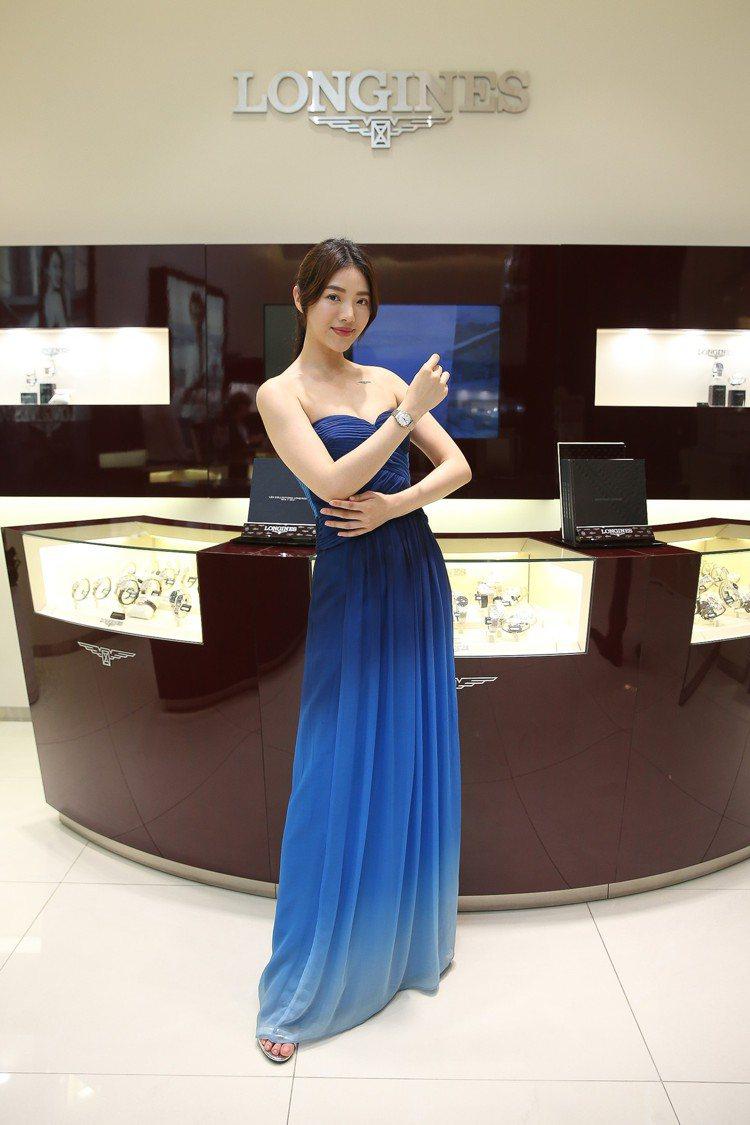模特兒演繹浪琴開創者系列點鑽雙金腕表。圖/百傑策略行銷提供