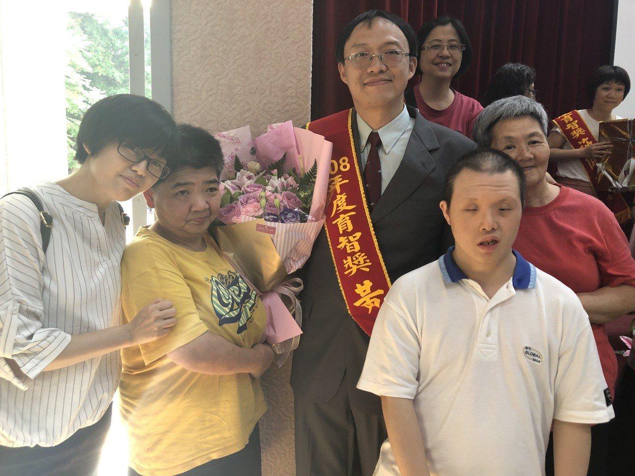 得獎人教保員黃士峰(左三)與他的同事及機構服務對象。 圖/中華民國啟智協會提供