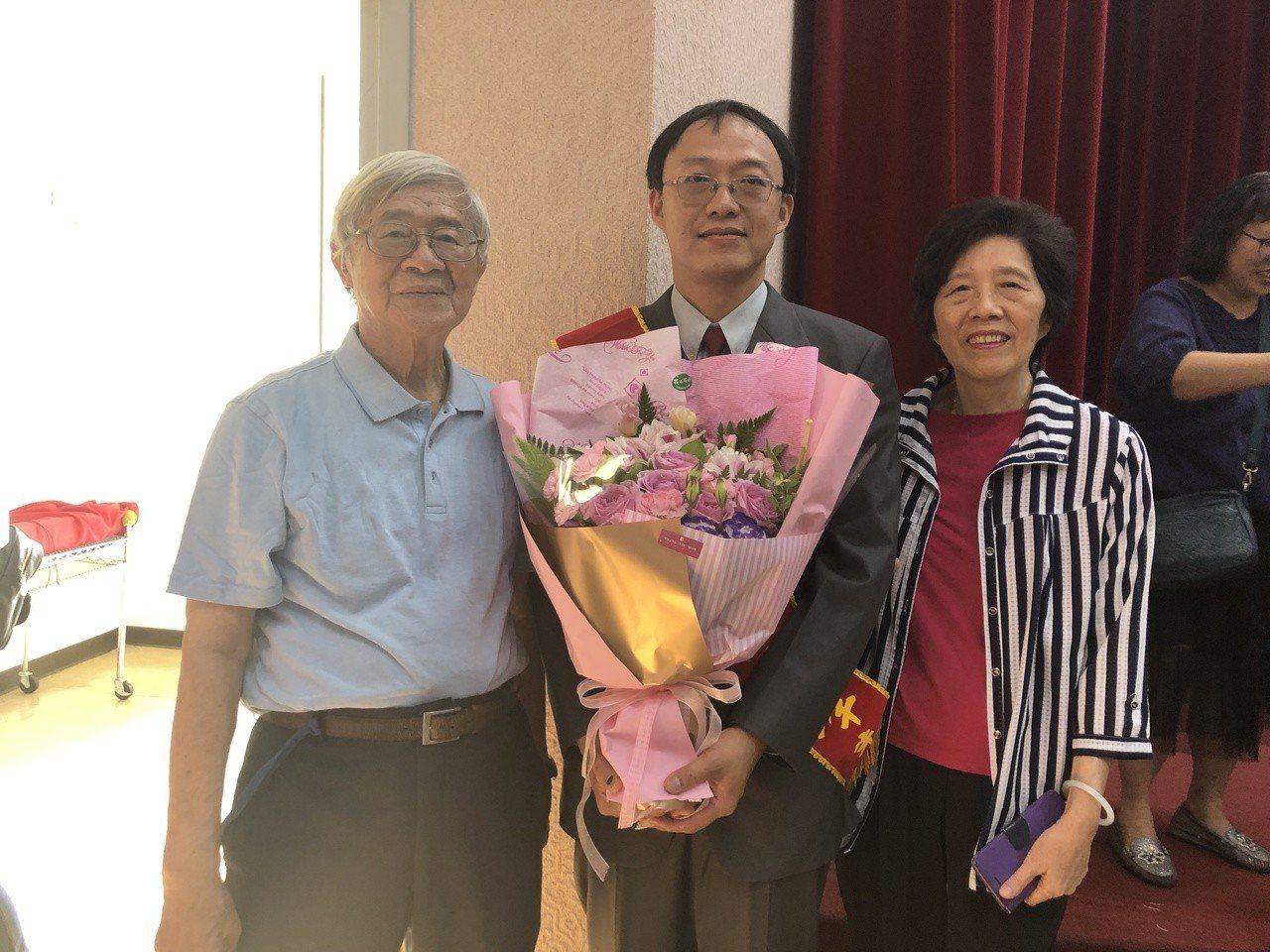 得獎人教保員黃士峰(中)與他的爸媽。 圖/中華民國啟智協會提供