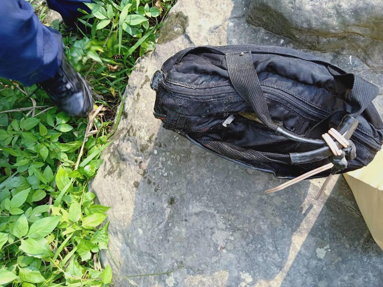 警方發現,吳姓男子腳部縛以裝有石頭的旅行袋。圖/警方提供