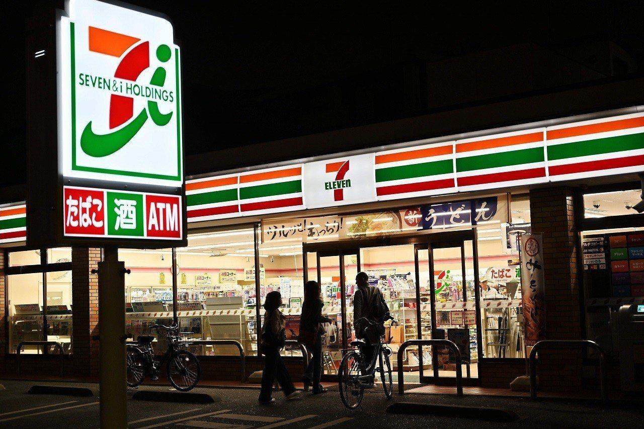 日本首都東京街頭的一間7- Eleven超商,攝於21日晚間。日本超商以無所不在...
