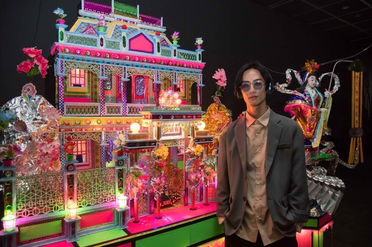 歌手李英宏與新興糊紙文化組織、服裝設計師齊振涵、李嘉泉共同創作的「有前無後」。圖...
