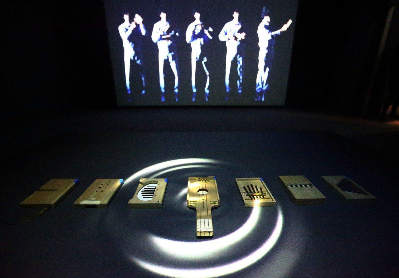 「隱形的紀念」由來自日本的明和電機特別為展覽打造如文庫本大小的木製迷你樂器,搭配...