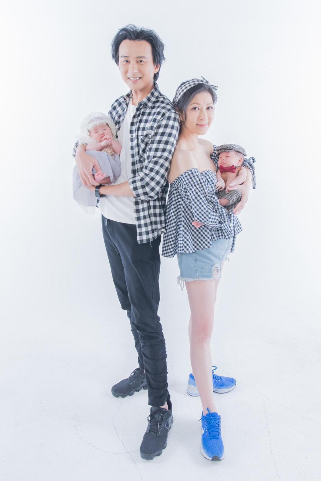 顏嘉樂、狄志杰夫妻抱著殷殷期盼來的龍鳳胎,心滿意足。圖/班尼頓兒童攝影提供