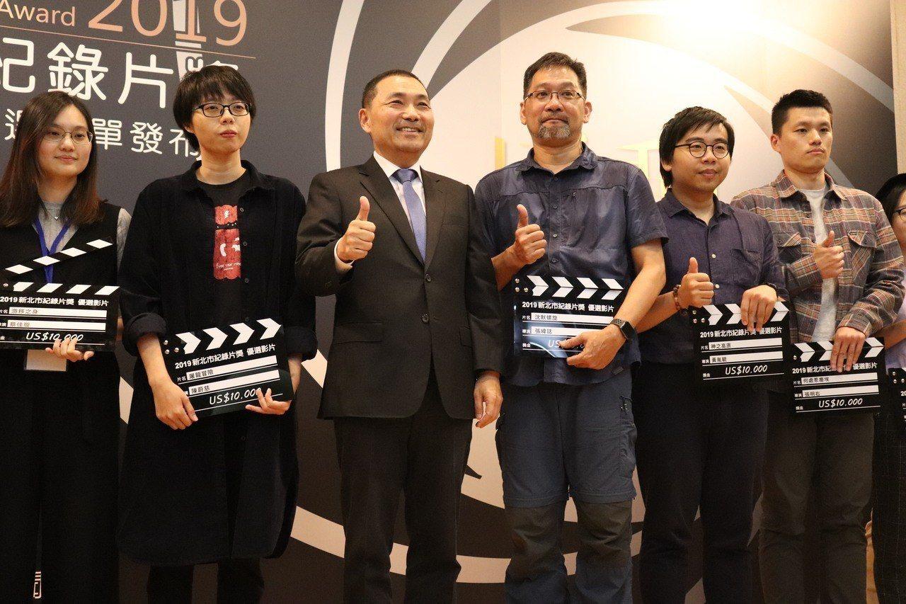 已經連續6年參賽的導演張瑋誌(右三),長年專注環保議題的拍攝紀錄,這次探討深奧電...