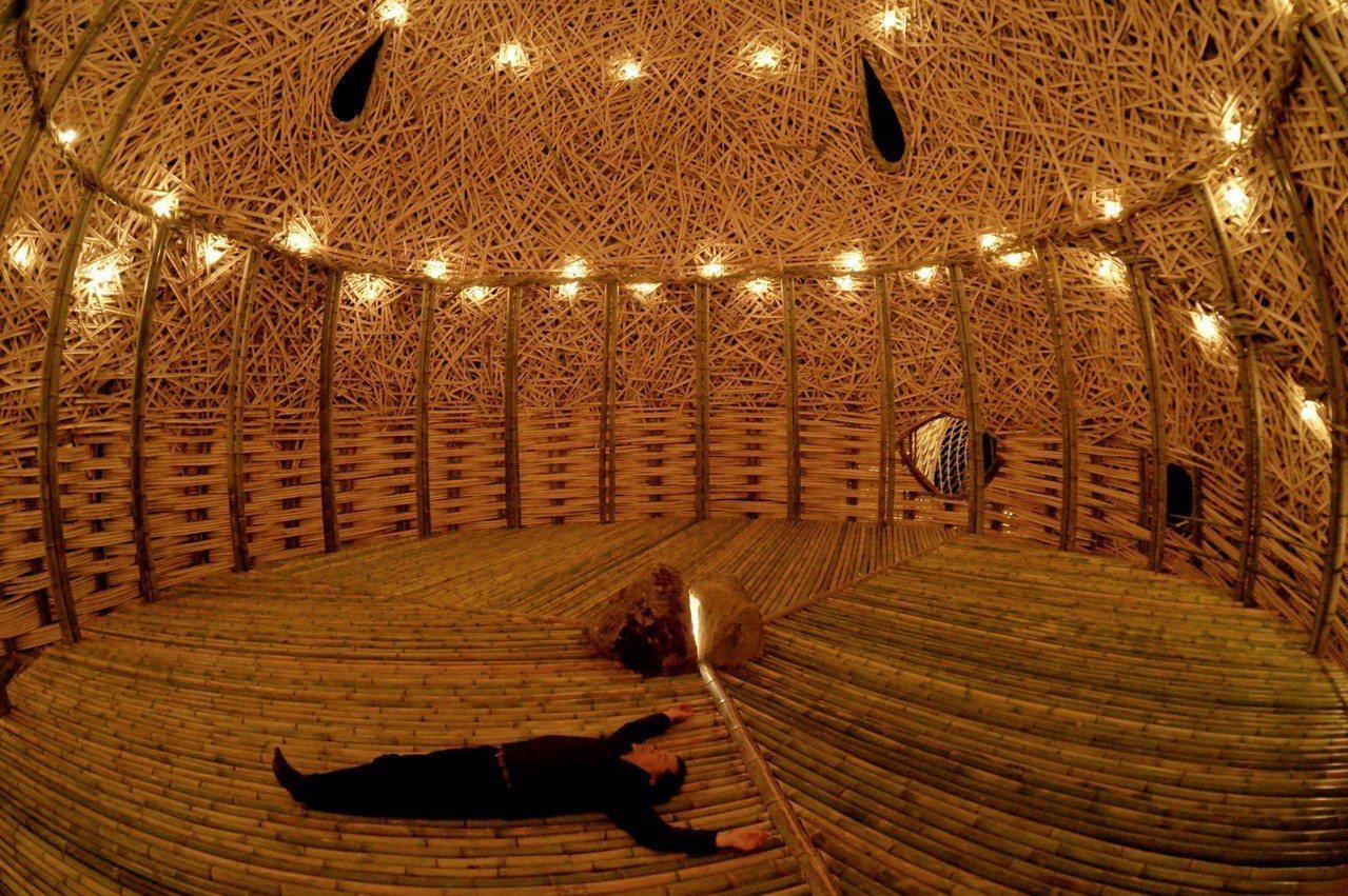 王文志的新創作「小豆島之戀」透過傳統竹材編織的美感,呈現玄關、心靈跟開放表演的空...