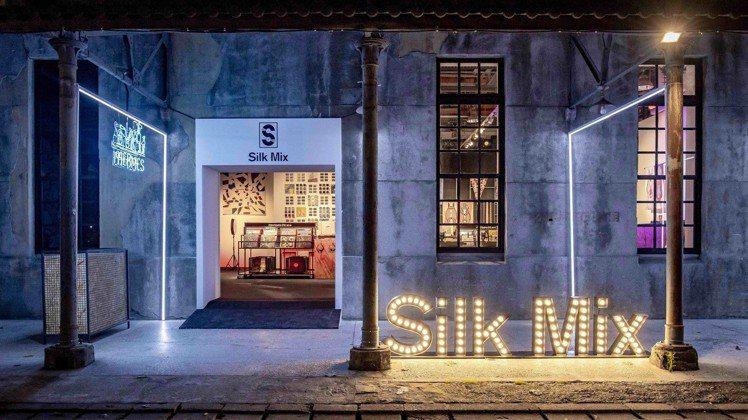 愛馬仕Silk Mix絲巾唱片快閃店內的唱片,來自2012年迄今的時裝秀音樂。圖...