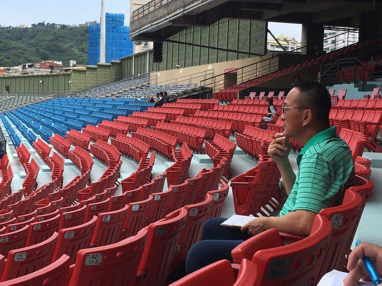 味全龍隊教練黃煚隆在場邊緊盯鄭浩均表現。記者葉姵妤/攝影