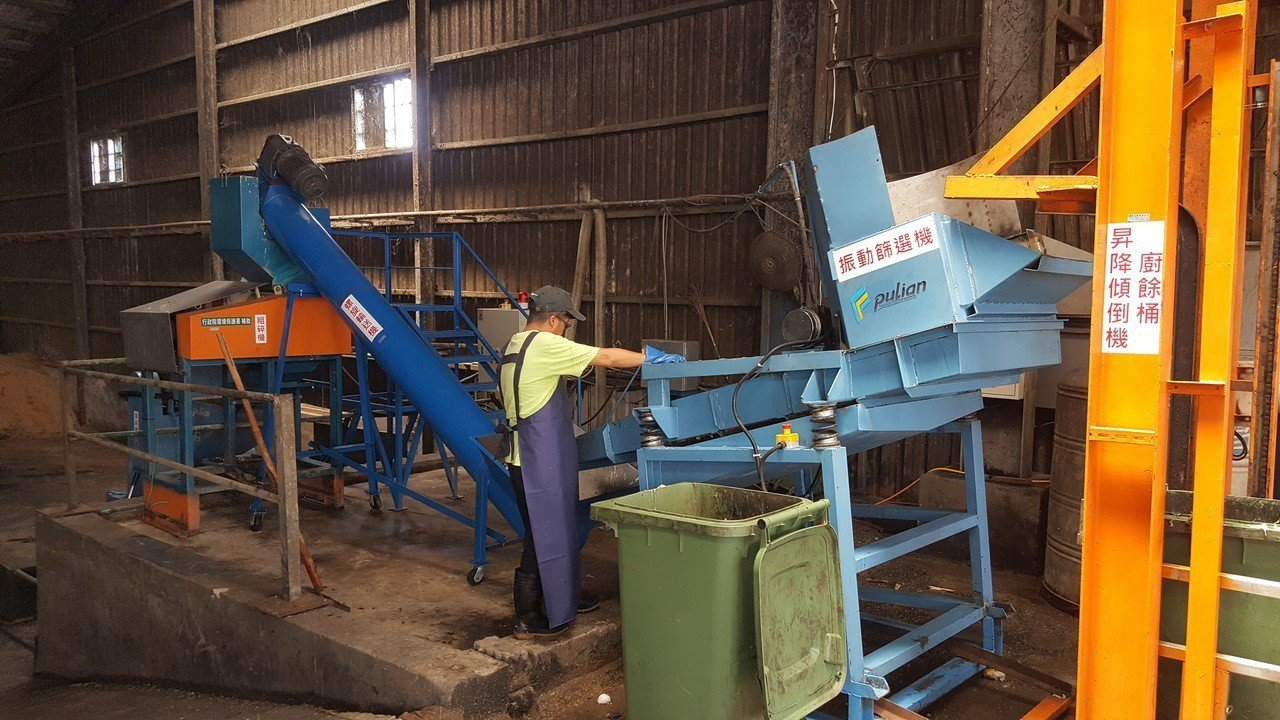 苗栗市的廚餘回收量今年倍增到每天近30噸,市公所今天率先全縣啟用廚餘破碎、脫水打...