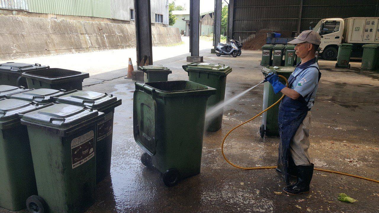 苗栗市公所清潔隊估計全市廚餘量每天近30噸,比以往增加一倍。記者胡蓬生/攝影