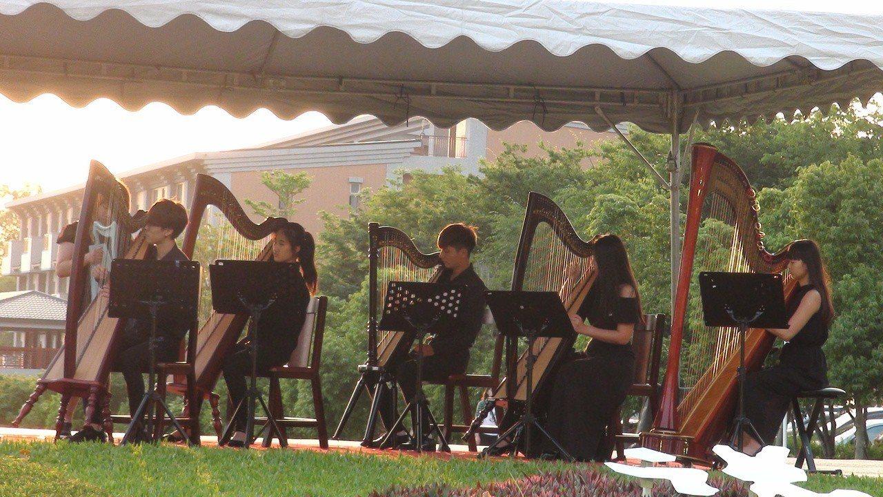 「南維悅韻」豎琴重奏團在南華大學首演。記者謝恩得/攝影
