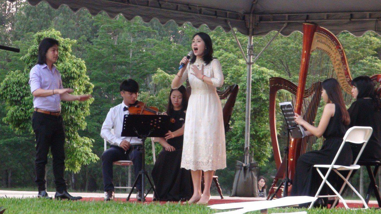已故音樂大師李泰祥的公子李奕青(左一)、林芊君(左四)夫婦,表演大師作品以及經典...