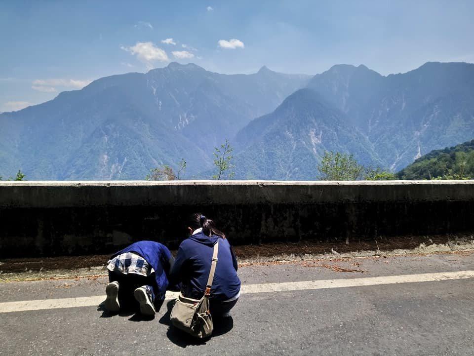 日本灣生奶奶尾崎靜代(左)來台尋訪玉山,在新中橫公路看見玉山全景,思念像得到釋放...