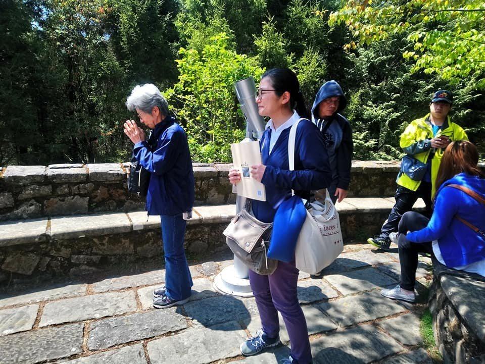 日本灣生奶奶尾崎靜代(左)在塔塔加遊客中心廣場初見玉山時,感動得雙手合十致意,之...