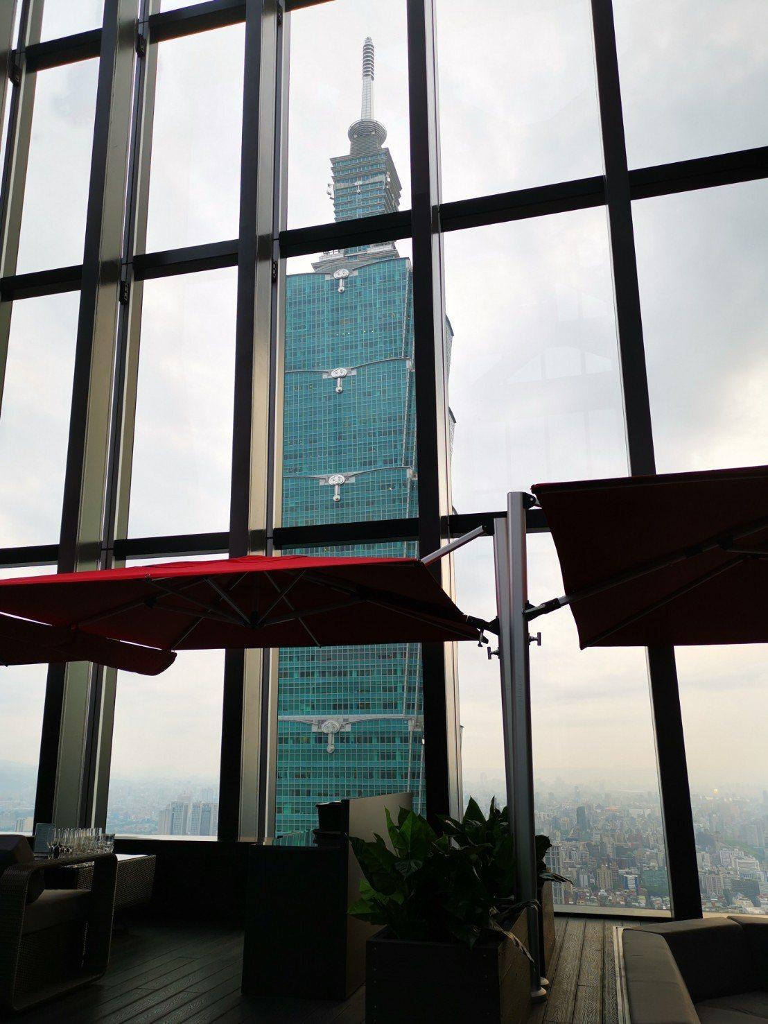 CÉ LA VI Taipei位於微風南山48樓,可以俯瞰台北市外,也緊鄰台北1...