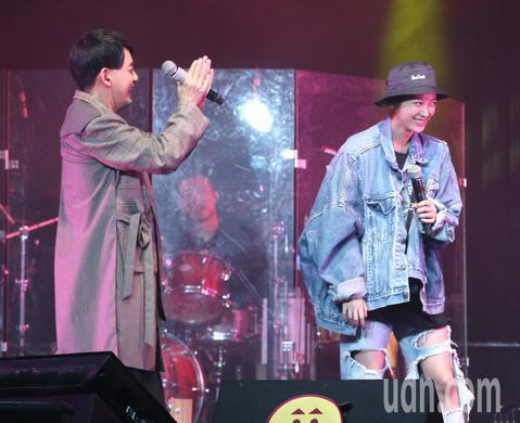 黃子佼晚間首次舉辦售票演唱會,唱「幸福離島」時邀請女友孟耿如上台合唱。