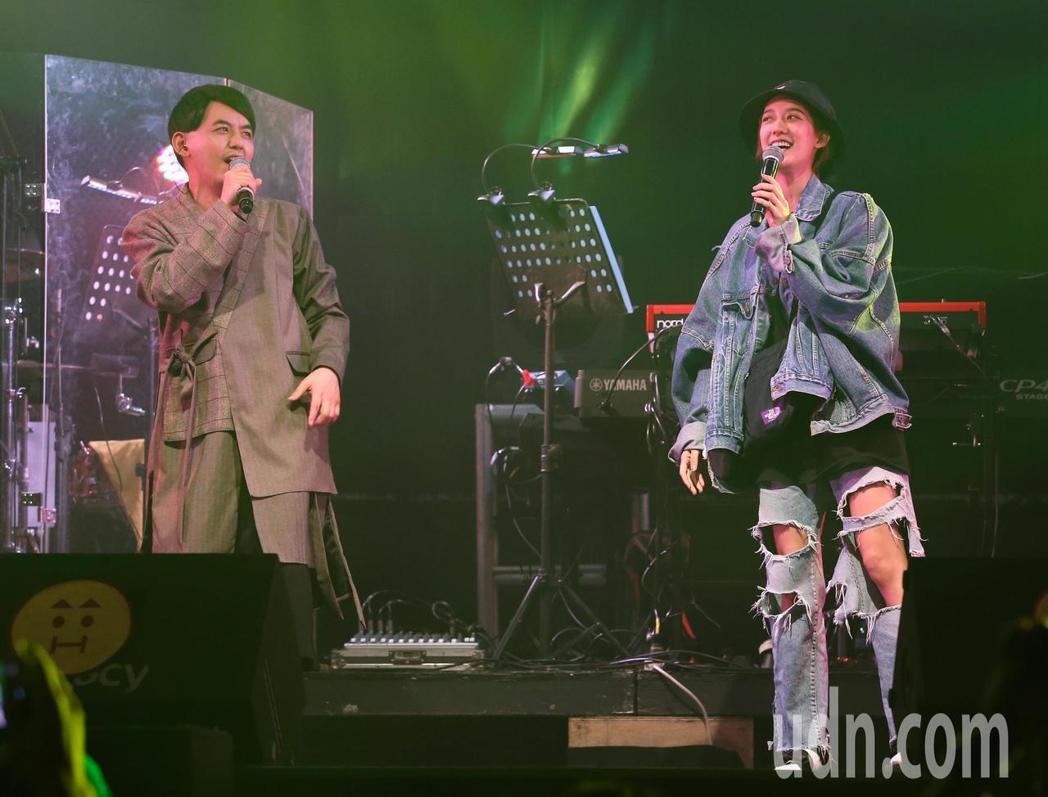 黃子佼(左)演唱會邀請女友孟耿如上台合唱。記者林澔一/攝影