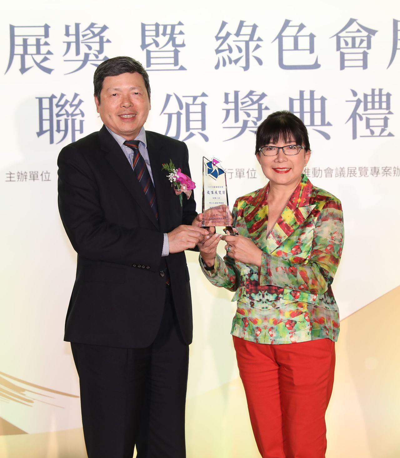外貿協會葉明水秘書長頒發台灣會展獎最佳展覽獎展盟展覽有限公司。貿協提供