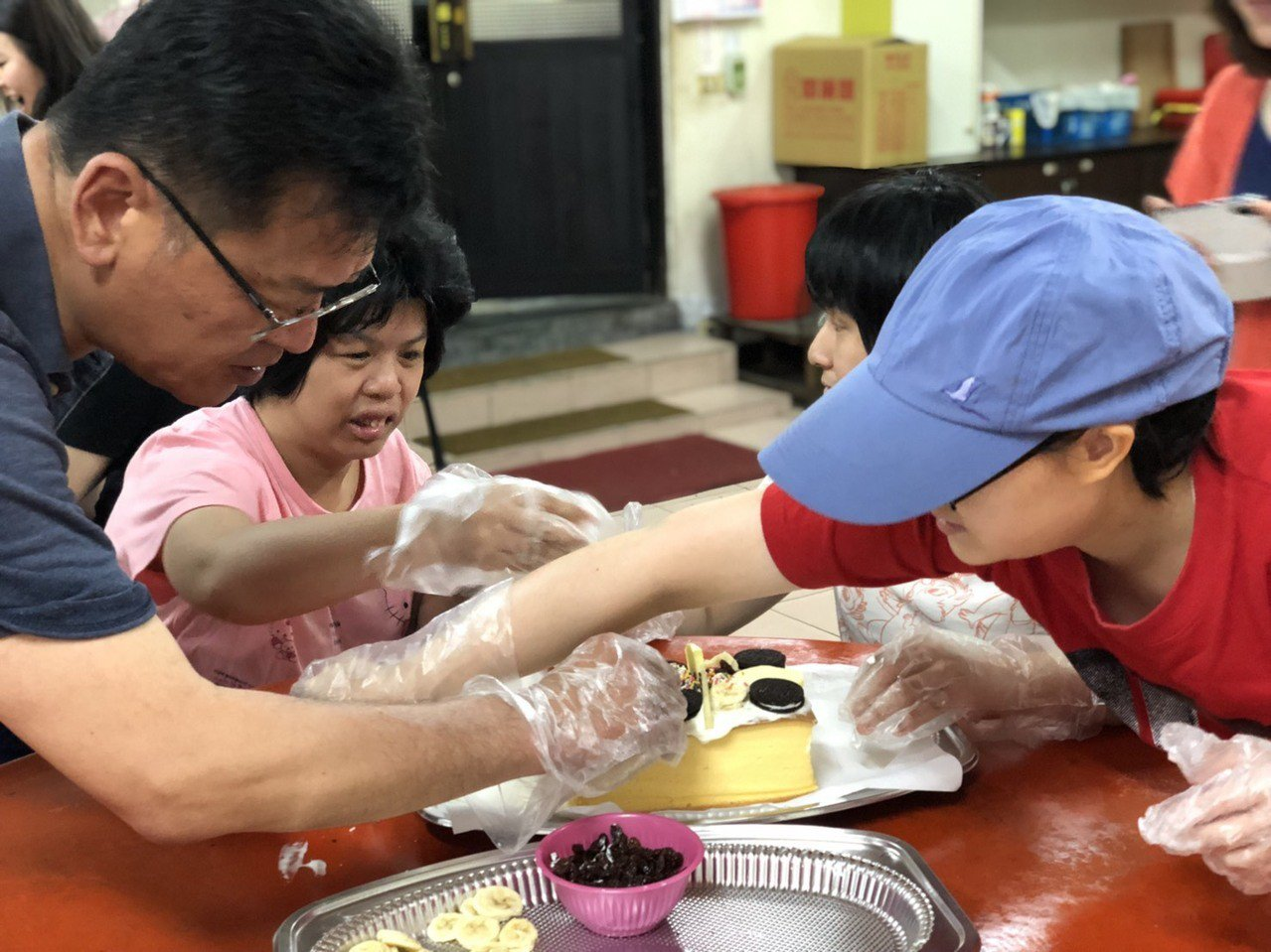 為了祝賀媽祖誕辰,身心障礙的朋友與社區長者一起做蛋糕。圖/臺北市立聯合醫院提供