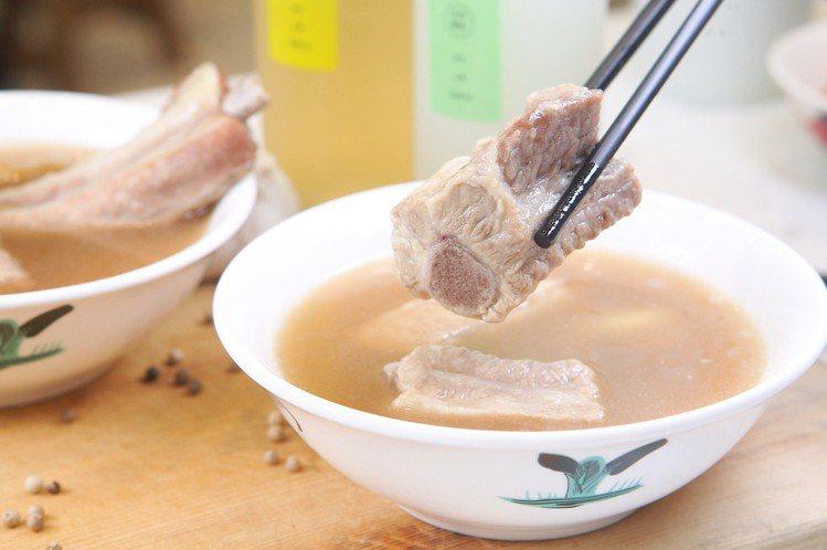 使用豬小排的經典肉骨茶,每份200元。記者陳睿中/攝影