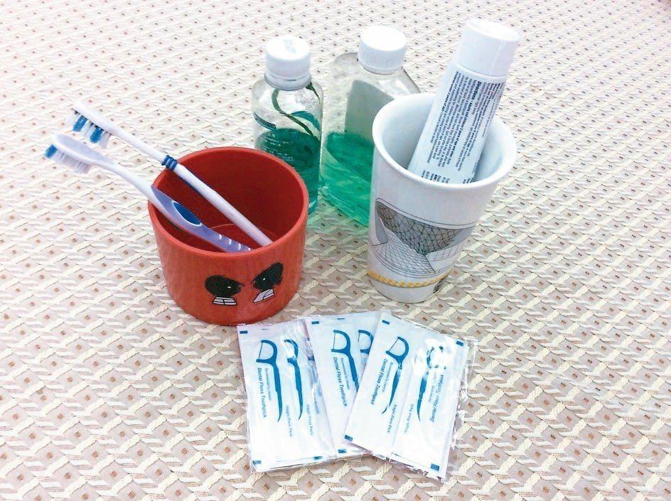 刷牙不可左右橫刷,應從上而下內外,兩側盡量要將口腔內殘留菜渣刷乾淨,以免口臭。 ...