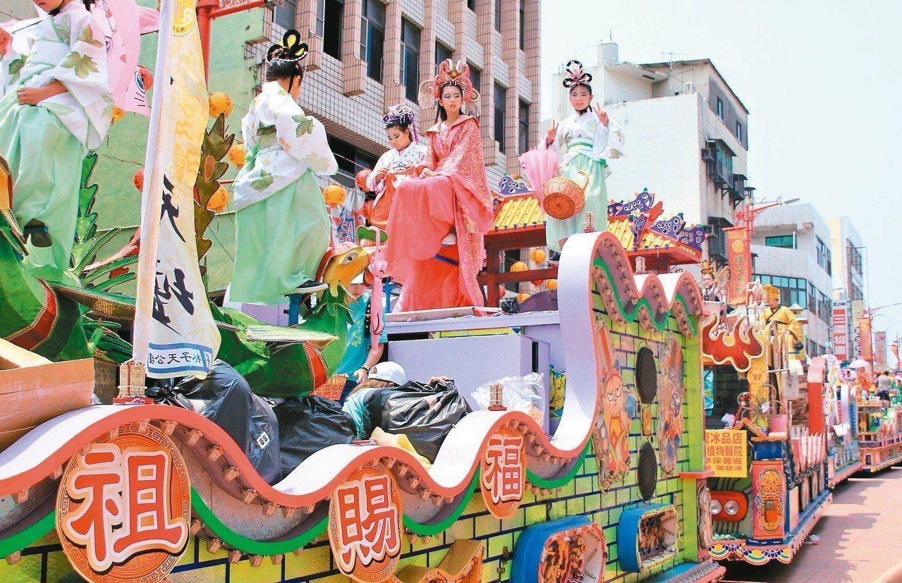 朴子真人藝閣昨天遶境遊行,受到民眾熱烈歡迎。 記者卜敏正/攝影