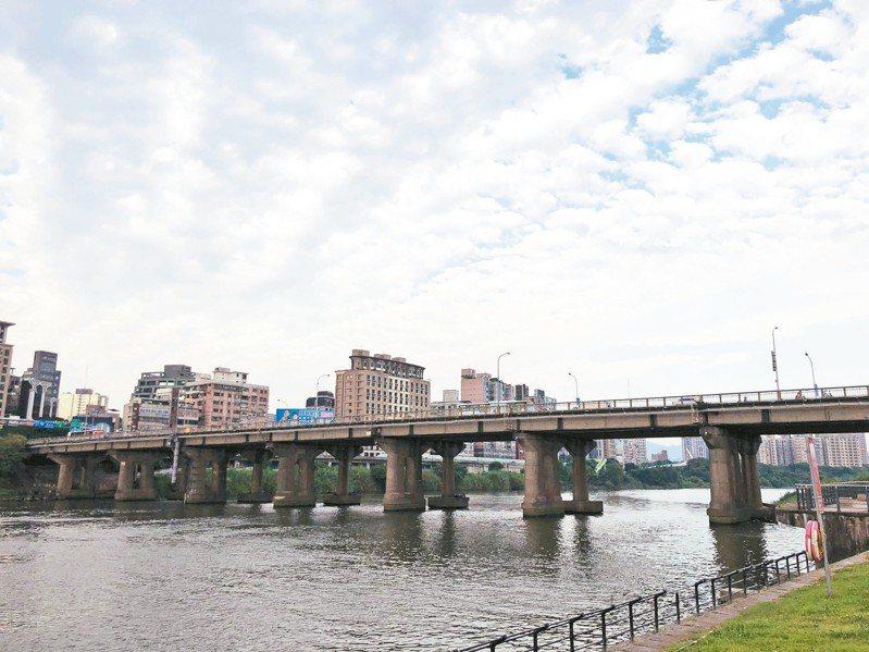 中正橋跨越新店溪,連接台北市中正區和新北市永和區,是雙北往來的重要幹道之一。 記者劉柏均/攝影