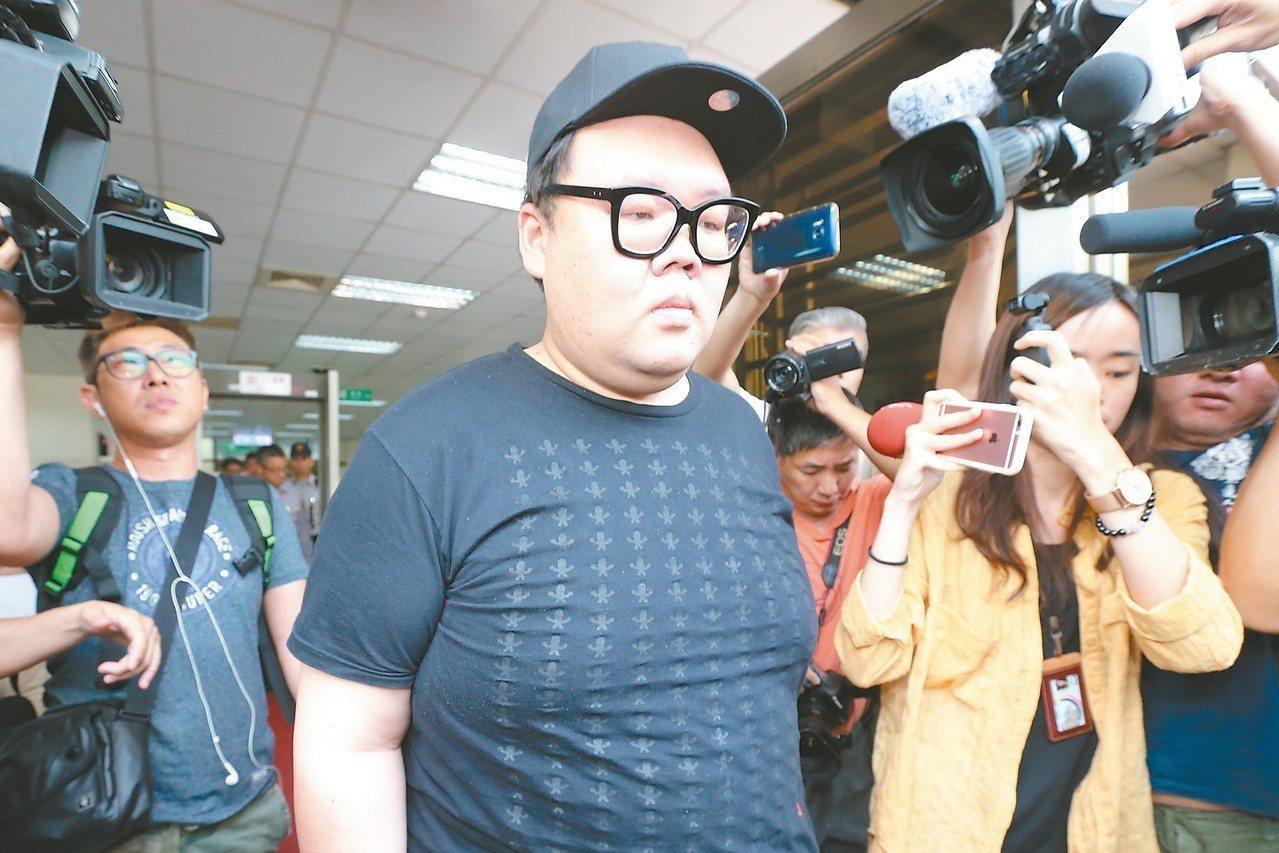 捲入W飯店毒趴女模吸毒過量暴斃案的朱家龍(中),在被羈押逾兩年後,昨獲交保。 記...