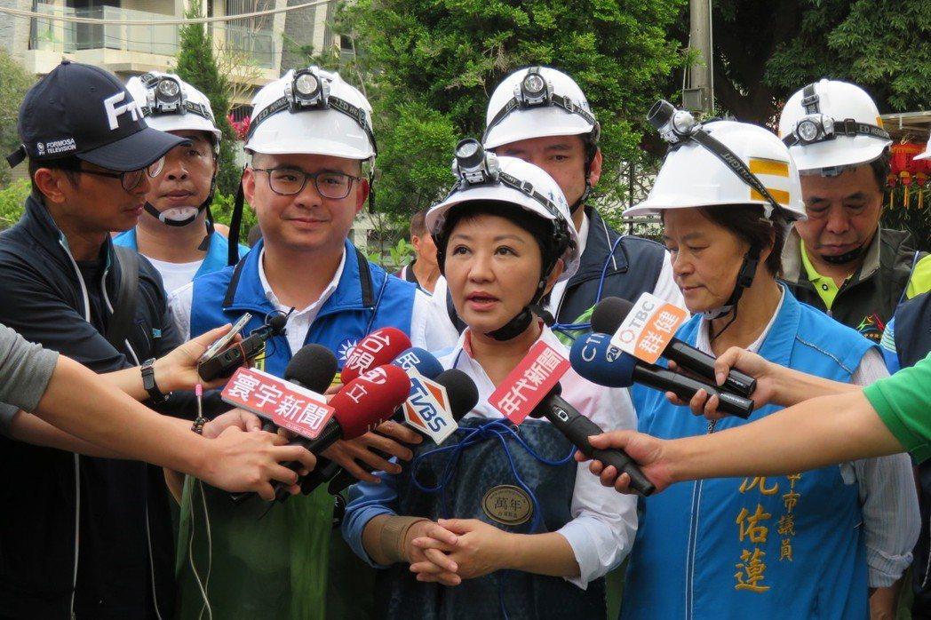 台中市長盧秀燕(中)說,她從政20多年,不管當立委或市長,先生從不過問工作的事。...