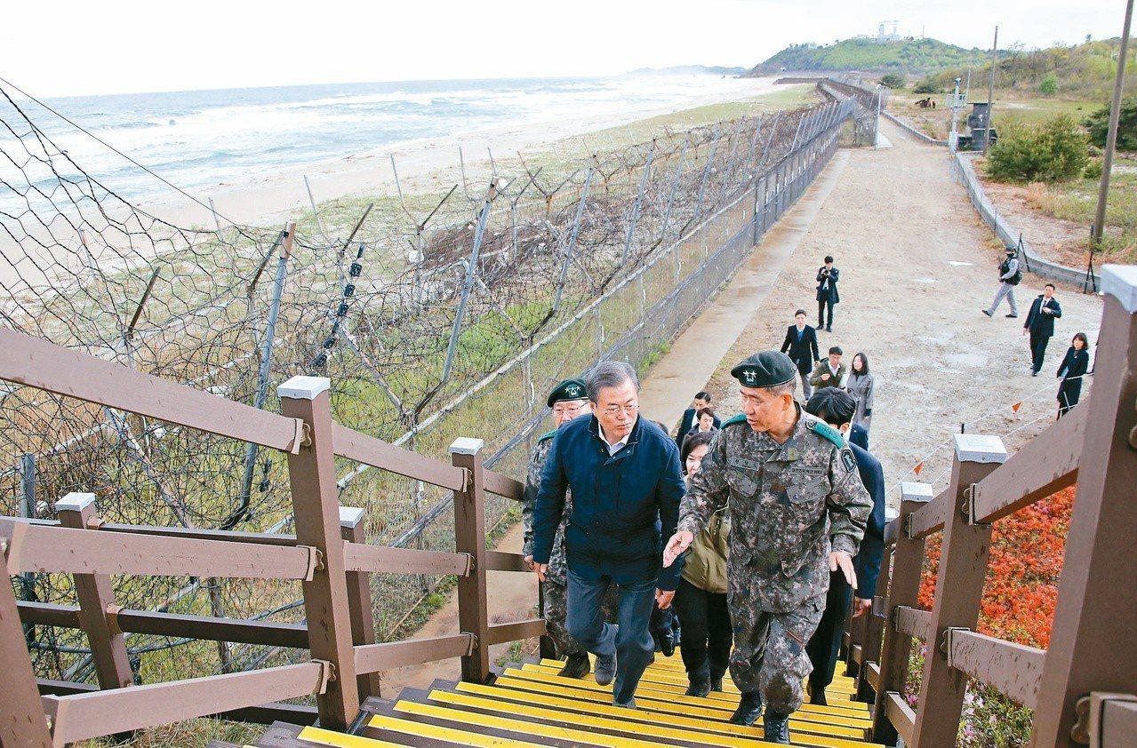 南韓總統文在寅(左)廿六日走訪江原道,提到重啟北韓金剛山旅遊的重要性。(美聯社)