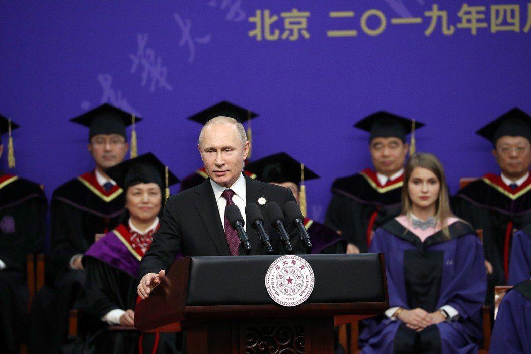 清華大學向普亭授予名譽博士學位儀式,圖為普亭致答辭。(中新社)