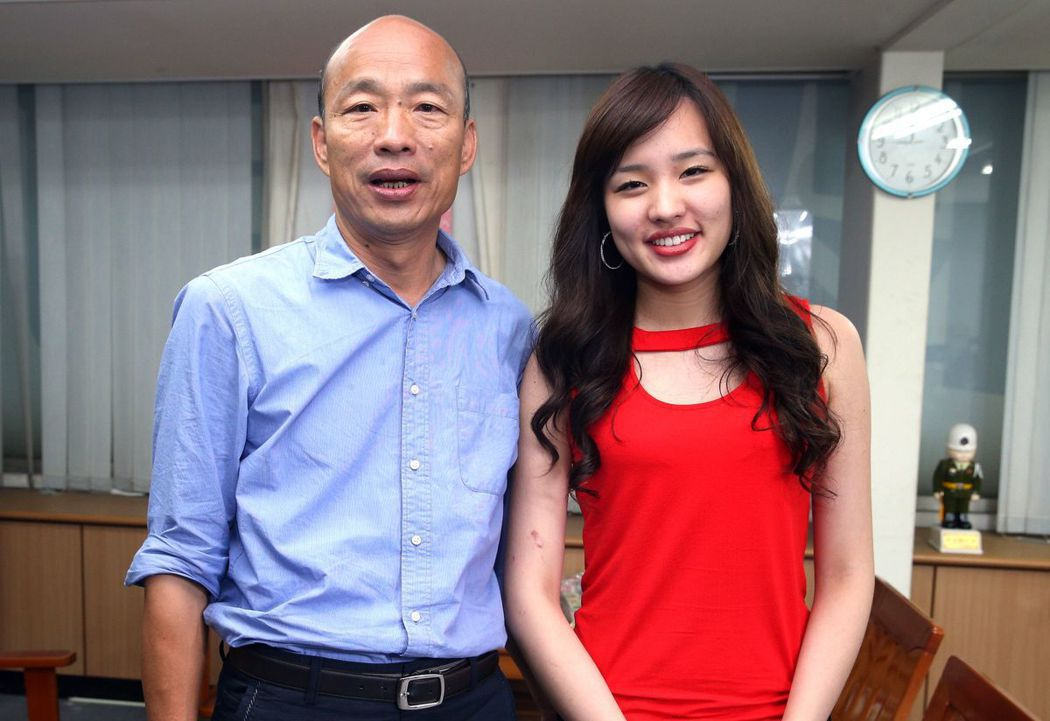高雄市長韓國瑜(左)長女韓冰陪父親打選戰,曝光度和話題性不輸老爸。圖/聯合報系資...