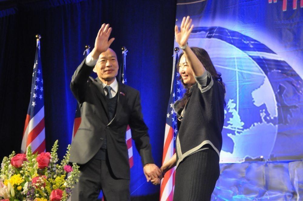 高雄市長韓國瑜(左)在美國對僑胞演講時,妻子李佳芬被拱上台說,3個孩子希望低調過...