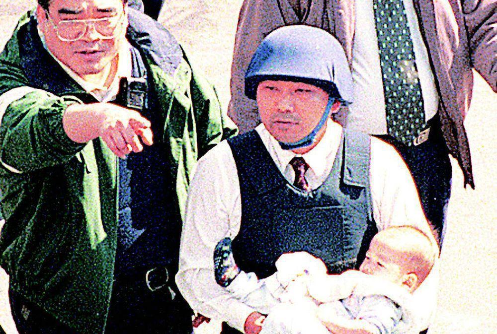 新北市長侯友宜(右)說,老婆從小就跟女兒說,「爸爸每天帶槍抓重大要犯,一個人面對...