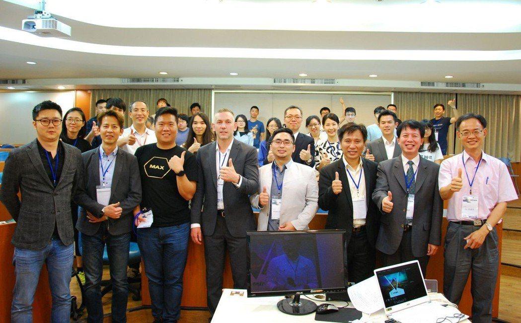 區塊鏈專家齊聚高雄,於國立中山大學管理學院進行交流。 楊鎮州/攝影