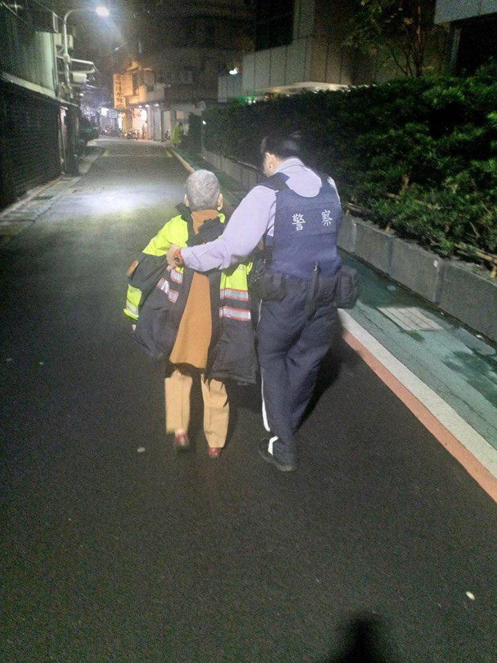 員警巡邏時見失智的老婦在雨中徘迴。圖擷自Facebook