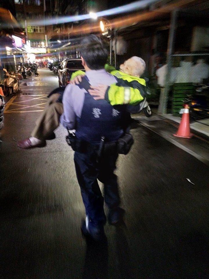 員警以公主抱的方式抱起老婦至車上休息。圖擷自Facebook
