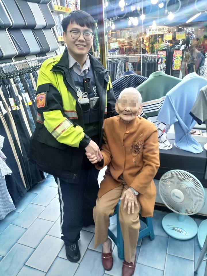 在員警陪同下,老婦平安返回住家。圖擷自Facebook
