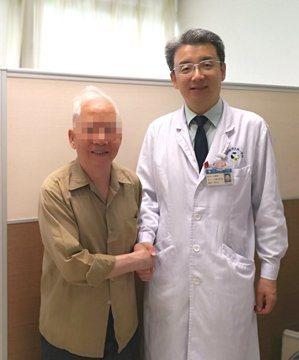 8旬老翁(左)因跌倒骨折,意外檢出肺癌。圖取自微博