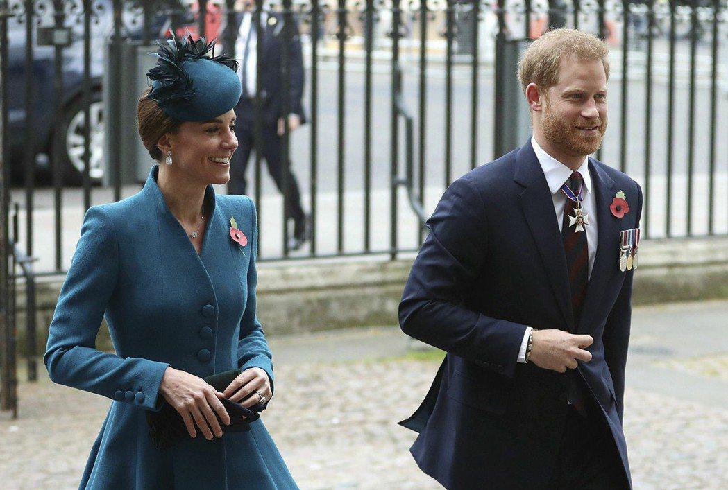 凱特與哈利王子一起出席澳紐聯軍紀念日活動,臉上都帶著笑容,也沒有太大的距離。圖/...