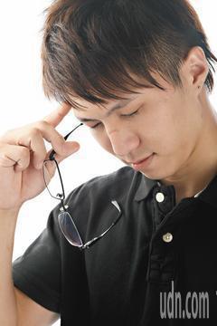 眼科醫師提醒,眼鏡鏡面中央若有磨損,即使近視度數沒有加深,還是應該重新配眼鏡。本...